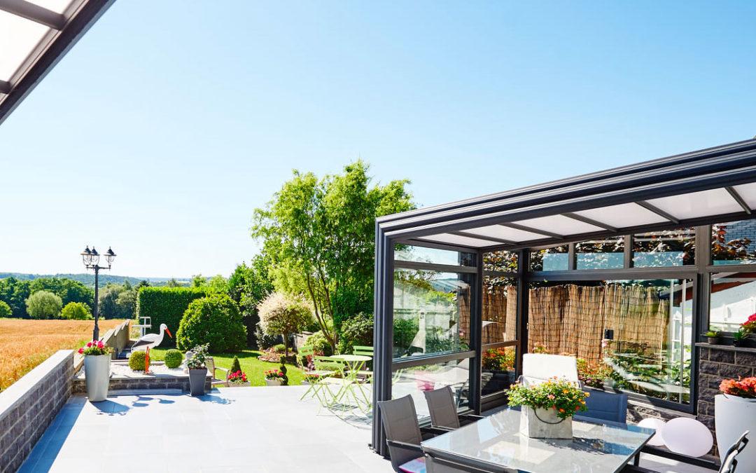 Choisir entre une véranda rétractable et une pergola bioclimatique pour la terrasse de votre restaurant