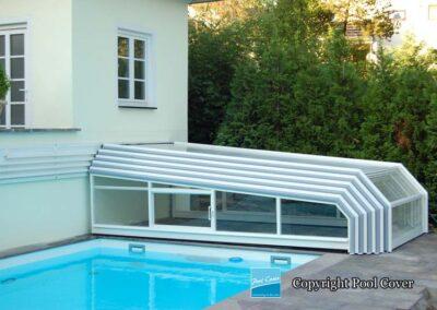 abri-de-piscine-enteree-bas-mural-pool-cover-pans-coupes-blanc-bleu-sans-rail-sol