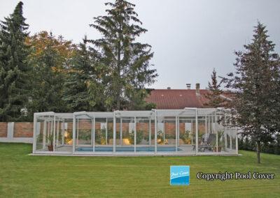 abri-de-piscine-enteree-haut-3-angles-pool-cover-pans-droits-blanc-gris-sans-rail-au-sol-1-element-fixe
