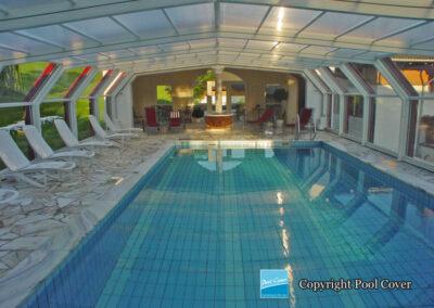 abri-de-piscine-enteree-haut-5-angles-pool-cover-pans-coupes-blanc-bordeau-sans-rail-sol-2-element-fixe