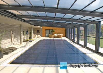 abri-de-piscine-enteree-haut-mural-pool-cover-pans-droits-bronze-sans-rail-sol-2-elements-fixes-vue-interieur