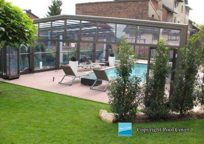 abri-de-piscine-enteree-haut-pool-cover-pans-droits-bronze-sans-rail-sol-portes-accordeon