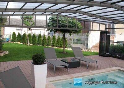 abri-de-piscine-enteree-haut-pool-cover-pans-droits-bronze-sans-rail-sol-vue-interieure