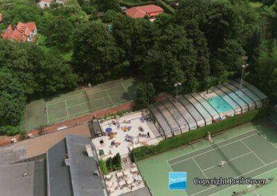 abri-de-piscine-enterree-grande-largeur-xxl-pans-coupes-bronze-vert-telescopique-wezembeek-ouvert