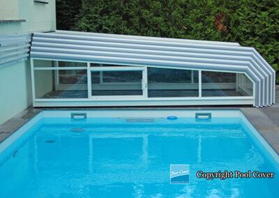 abri-piscine-enteree-bas-mural-pool-cover-pans-coupes-blanc-bleu-sans-rail-sol