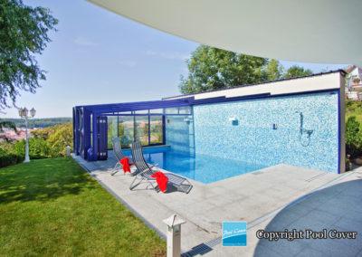 abri-piscine-enteree-haut-mural-pool-cover-pans-droits-bleu-sans-rail-sol-moteur