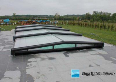 abri-piscine-enteree-pool-cover-super-bas-pans-droits-bronze-avec-rail-au-sol