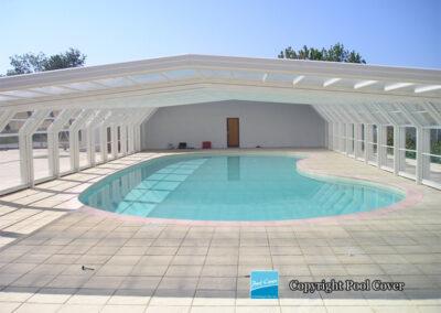 abri-piscine-enterree-grande-largeur-xxl-pans-coupes-blanc-telescopique-ouvert