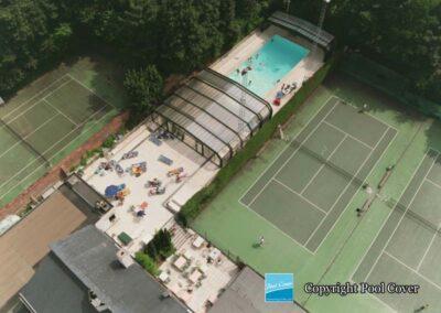 abri-piscine-enterree-grande-largeur-xxl-pans-coupes-bronze-vert-telescopique-wezembeek-ouvert