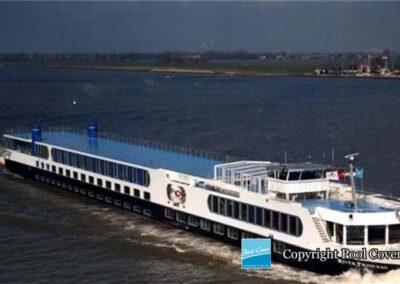 abri-piscine-grande-largeur-xxl-pans-coupes-blanc-bleu-telescopique-sur-bateau-ferry