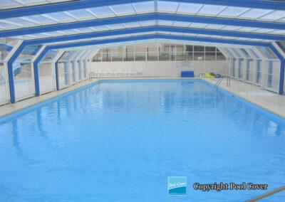 abri-piscine-grande-largeur-xxl-pans-coupes-blanc-bleu-telescopique-vue-interieure