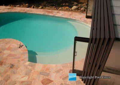 abri-piscines-enteree-haut-3-angles-pool-cover-pans-droits-bronze-brun-sans-rail-sol