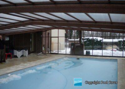 abri-piscines-enteree-haut-3-angles-pool-cover-pans-droits-brun-bois-sans-rail-sol