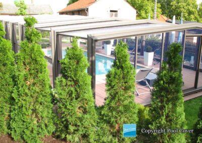 abris-de-piscine-enteree-haut-pool-cover-pans-droits-bronze-sans-rail-sol-portes-accordeon