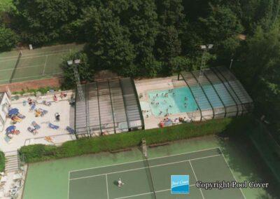 abris-de-piscines-enterree-grande-largeur-xxl-pans-coupes-bronze-vert-telescopique-wezembeek-ouvert