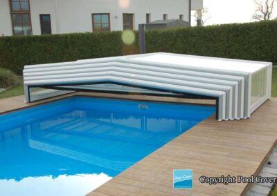 abris-piscine-bas-3-angles-pans-droits-pool-cover-blanc-gris-sans-rail