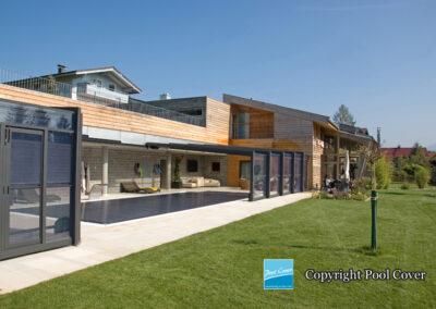 abris-piscine-enteree-haut-mural-pool-cover-pans-droits-bronze-sans-rail-sol-2-elements-fixes-ouvert
