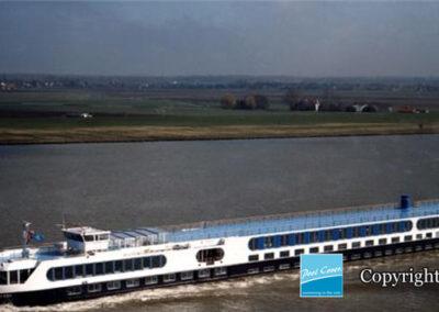 abris-piscine-grande-largeur-xxl-pans-coupes-blanc-bleu-telescopique-sur-bateau-ferry
