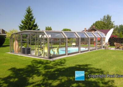abris-piscines-enteree-haut-5-angles-pool-cover-pans-droits-bronze-sans-rail-sol