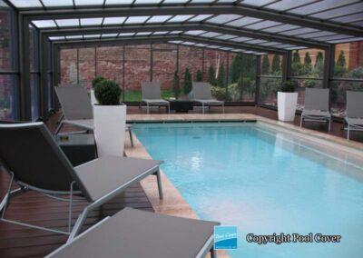 abris-piscines-enteree-haut-pool-cover-pans-droits-bronze-sans-rail-sol-vue-interieure