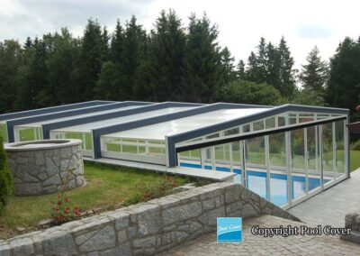 high-enclosure-pool-cover-blanc-bleu-without-rail-in-the-garden